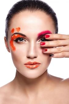 High fashion look.glamour nahaufnahme porträt der schönen sexy brünette junge frau modell mit orange lippen und perfekte saubere haut mit bunten nägeln