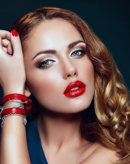 High fashion look.glamour nahaufnahme porträt des schönen sexy stilvollen blonden kaukasischen jungen frau modell mit hellem make-up, mit roten lippen, mit perfekter sauberer haut mit bunten accessoires