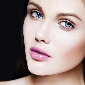 High fashion look.glamour nahaufnahme schönheitsporträt des schönen kaukasischen jungen frau modells mit nacktem make-up mit perfekter sauberer haut mit bunten rosa lippen