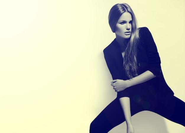 High fashion look. glamour-porträt des schönen sexy stilvollen kaukasischen jungen frauenmodells im schwarzen stoff