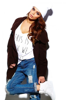 High fashion look. glamour stilvolle schöne junge brünette frau modell im sommer hellen hipster stoff in weißen mütze im mantel