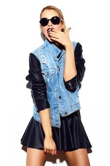 High fashion look.glamour stilvolle sexy lächelnde schöne junge blonde frau modell im sommer helle jeans hipster stoff in sonnenbrille