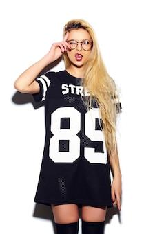 High fashion look.glamour stilvolle sexy lächelnde schöne junge blonde frau modell in sommer lässig sport stoff