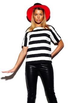 High fashion look. glamour stilvolles niedliches schönes junges blondes frauenmodell im sommer buntes hipster-tuch im roten hellen hut