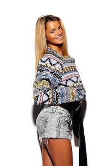High fashion look. glamour stilvolles niedliches schönes junges blondes frauenmodell im sommer buntes hipster-tuch