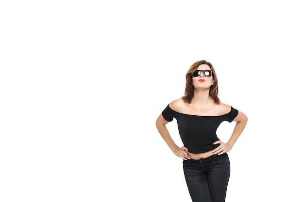 High fashion look. glamour stilvolles schönes junges frauenmodell mit roten lippen im sommer hellweißes hipster-tuch