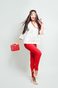 High-fashion-look. glamour stilvolles schönes junges frauenmodell mit roten lippen und zubehör