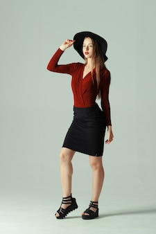 High fashion model posiert in hut