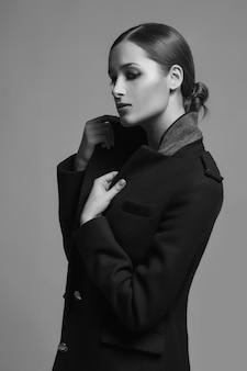 High-fashion-modell in winterpelzmantel kleidung