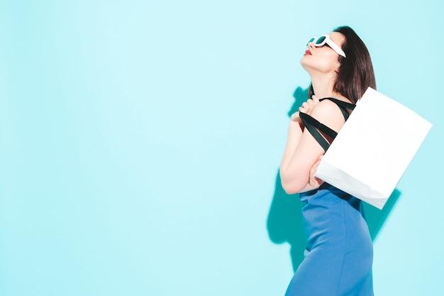 High-fashion-porträt der jungen schönen brünetten frau, die ein schönes blaues sommerkleid trägt