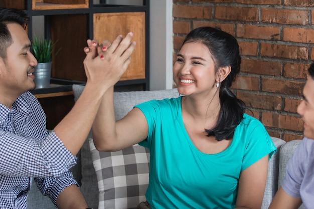 High five zusammen mit einem freund