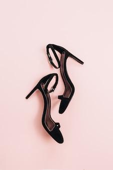 High-heels auf rosa oberfläche