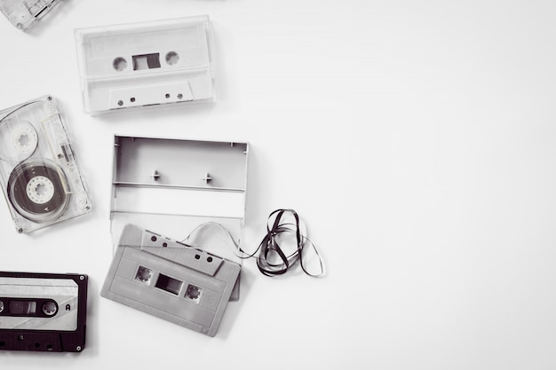 High-key-beleuchtung von schwarzen und weißen vintage kassettenrekorder. retro-technologie