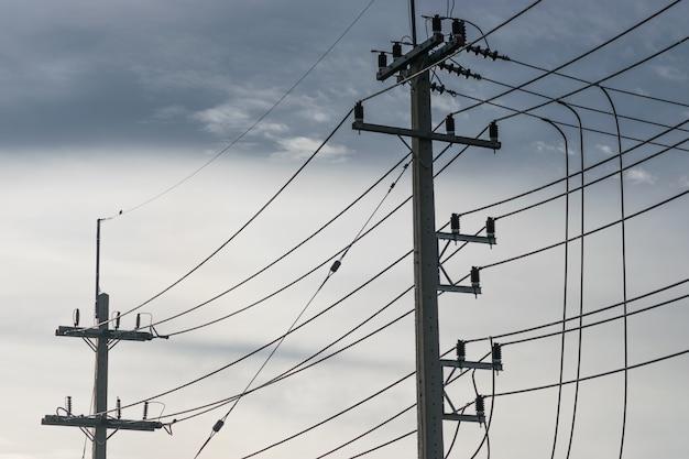 High-power-pole in städtischen gebieten mit einer großen bevölkerung.