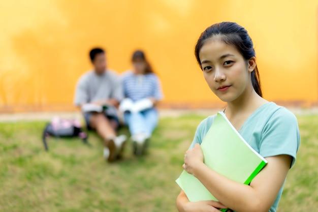 High-school schüler; gruppe glückliche jugendlich asiatische gymnasiasten draußen.