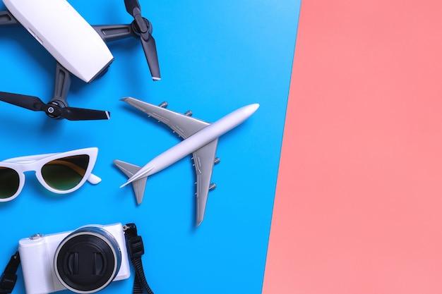 High-teches reisegerät und zubehör auf blauem und rosa gelbem kopienraum