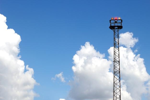 High tower notlicht für zugsignal am klaren himmel