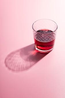 High view alkoholisches getränkecocktail mit schatten