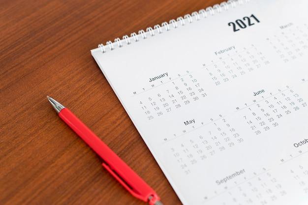 High view briefpapier 2021 kalender und stift