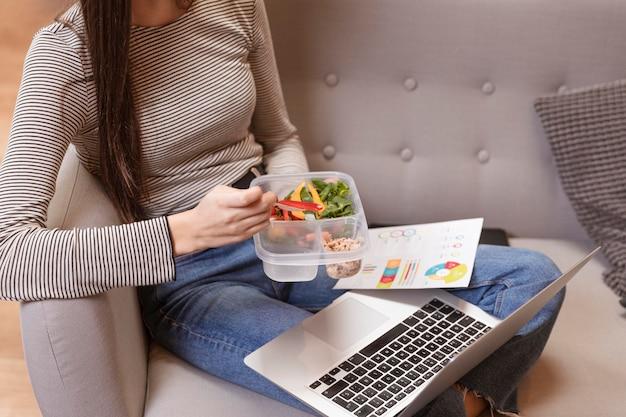High view frau arbeiten und essen