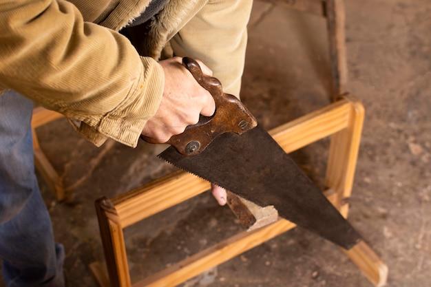 High view handwerker, der eine tabelle erstellt