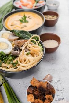 High view köstliche traditionelle suppen