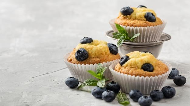 High view leckeren cupcake mit heidelbeerwaldfrüchten