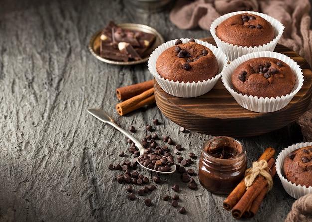 High view leckeren cupcake mit schokoladenstückchen