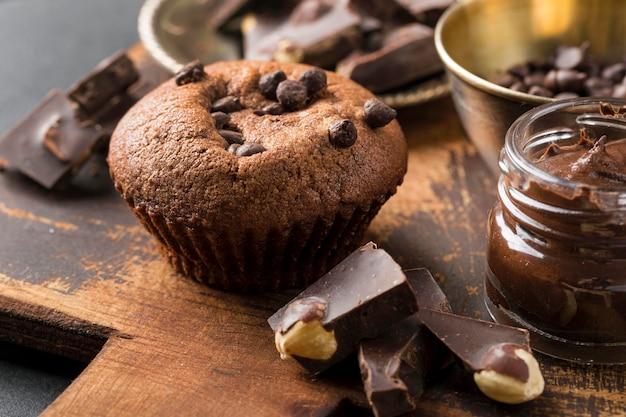 High view leckeren cupcake und schokoladenstücke