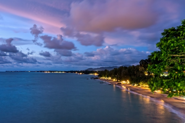 Hight angle view schöne landschaft von himmel und wolken über dem meer während des sonnenuntergangs am khao lak beach im khao lak-lam ru nationalpark, takuapa, provinz phang nga, thailand