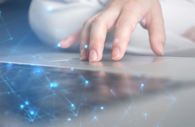 Hightech-konzept. geschäftsfrauhand, die an laptoptastatur arbeitet. datensatzsystem, dokumentenmanagementkonzept. foto mit doppelbelichtung