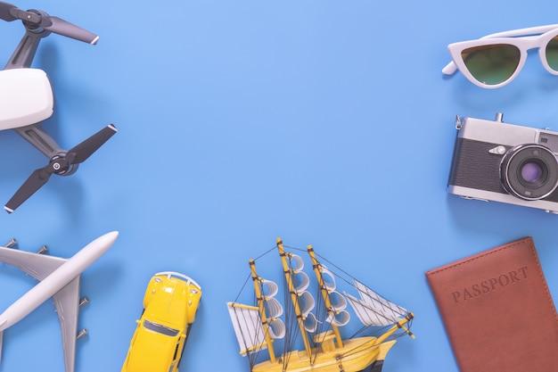 Hightech- reisegerät und -zubehör auf blauem kopienraum