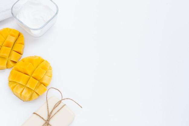 Hign winkel von körperbuttercreme und mango