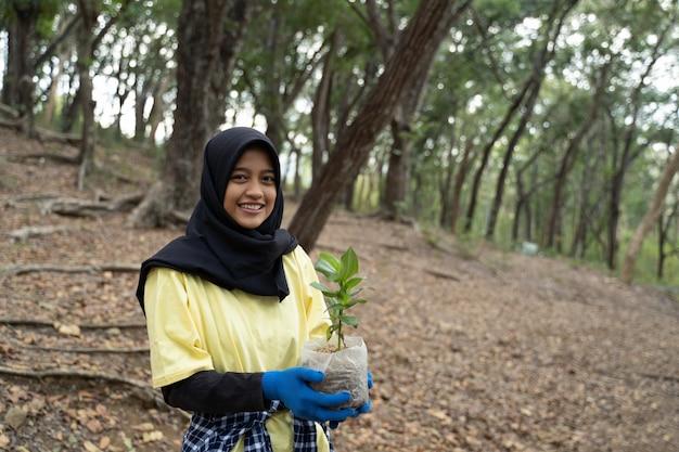 Hijab frau mit neuem baum