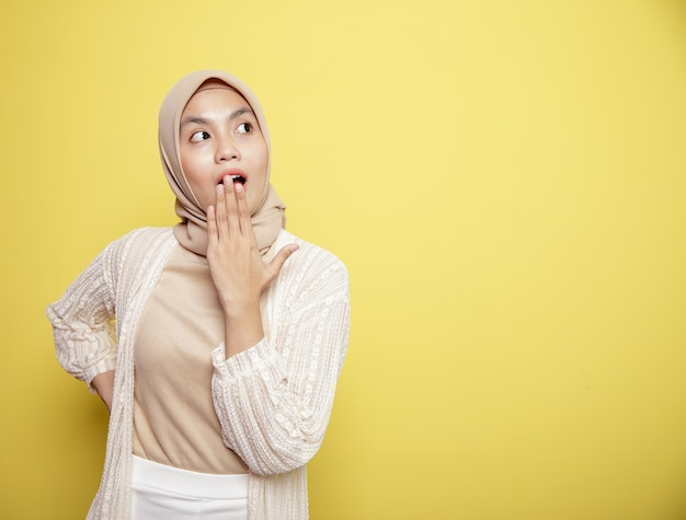 Hijab-frauen mit schockiertem ausdruck lokalisiert auf gelbem hintergrund