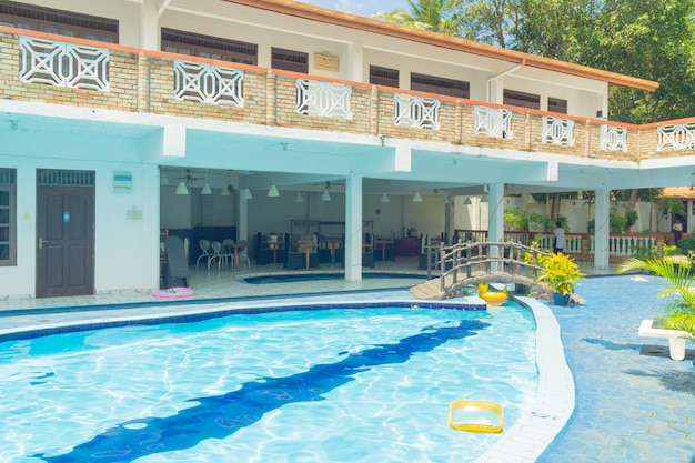 Hikkaduwa, sri lanka. innenhof des hotels mit schwimmbad.