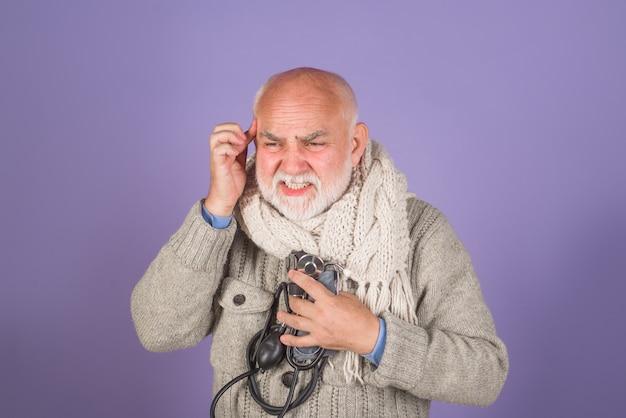Hilfe bei der überprüfung des arteriellen blutdrucks im gesundheitswesen sphygmomanometer schwere kopfschmerzen gesundheitskonzept