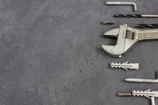 Hilfsmittel auf einem dunklen hintergrund mit copyspace. set schreinereiwerkzeug