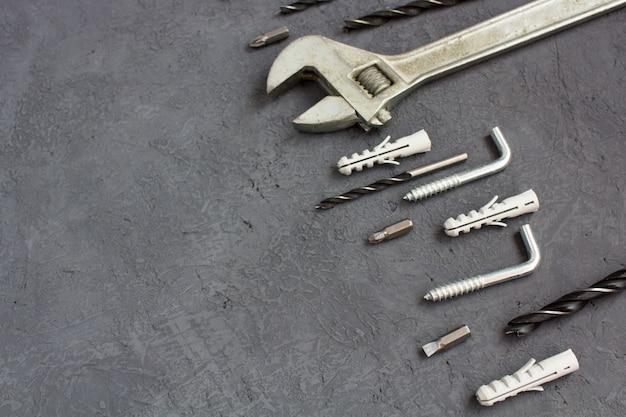 Hilfsmittel auf einer dunklen tabelle mit copyspace. set tischlereiwerkzeuge