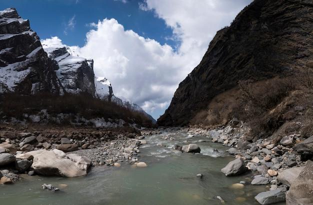 Himalaya-bergblick von der überfahrt des flusses