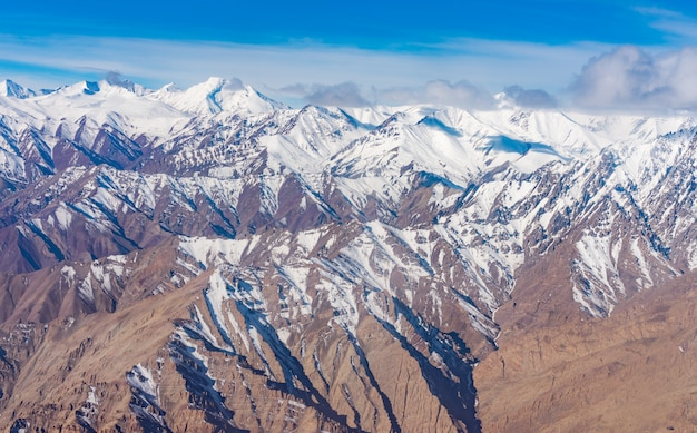 Himalaya-berge unter wolken