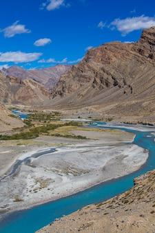 Himalaya-berglandschaft entlang leh zur manali-autobahn in indien