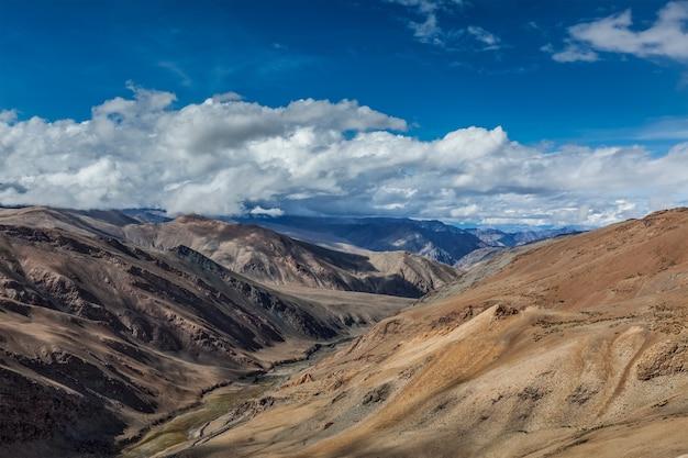 Himalaya-landschaft in der nähe von tanglangla pass ladakh indien
