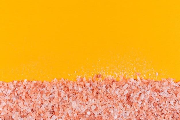 Himalaya-salz auf orange oberfläche