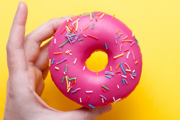 Himbeer-donut mit zuckerguss.