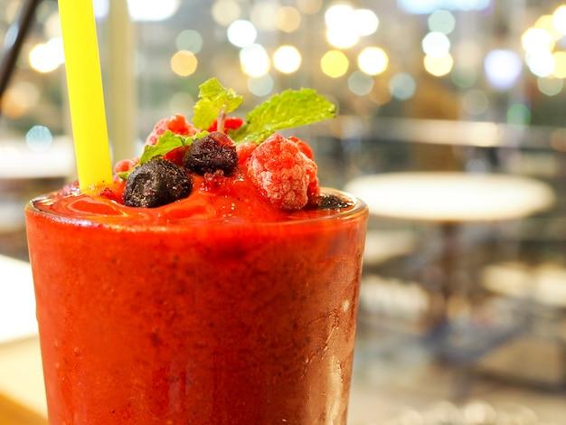 Himbeer-fruchtsaft-smoothies mit heidelbeeren und pfefferminze im sommer-erfrischungsgetränk