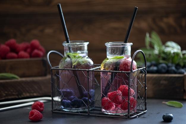 Himbeer-heidelbeer-beeren-limonade in kleinen flaschen