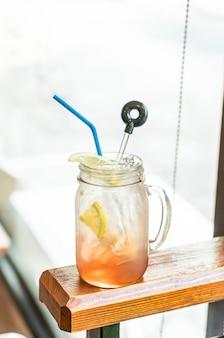 Himbeer- und zitronen-soda-glas