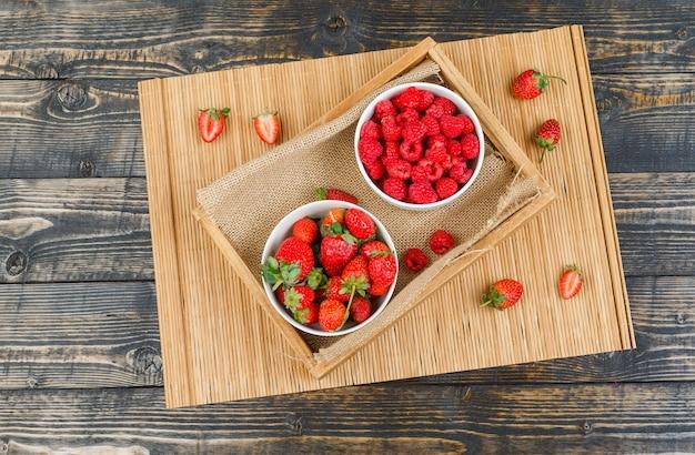 Himbeeren in teller mit erdbeeren und feigen
