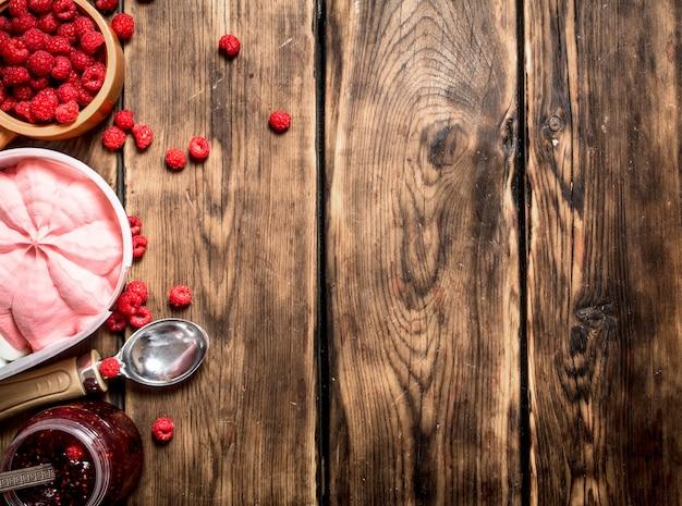 Himbeermarmelade mit eis und waldbeeren.